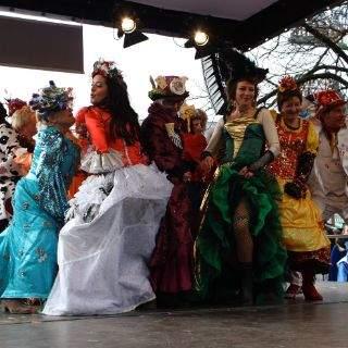 Schwungvoll und bunt - der Tanz der Marktfrauen am Viktualienmarkt
