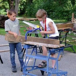 Schreiner und Handwerker bearbeiten Holzbretter, die sogleich…