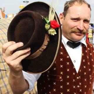 Ein schöner Hut gehört selbstverständlich auch zur Tracht...