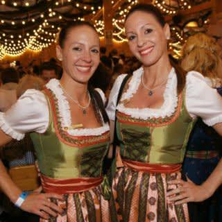 Zwillinge feiern auf dem Oktoberfest