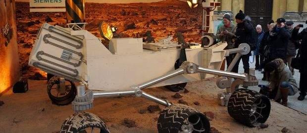 Am 24.01.2013 landete ein ganz besonderer Stargast auf dem Münchner Odeonsplatz: ein Modell des NASA-Mars-Rovers Curiosity. Schaulustige kommen noch bis Sonnenuntergang dem berühmten Weltraum-Gefährt, das im Original derzeit Millionen von Kilometern entfernt auf dem Mars unterwegs ist, mitten in München ganz nahe…