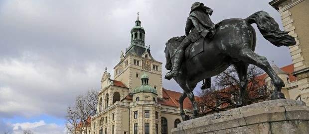 Bayerisches Nationalmuseum mit Reiterdenkmal