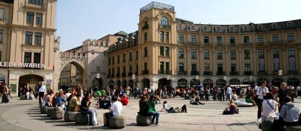 Auf dem Platz befindet sich seit 1970 ein Brunnen, um den sich vor allem in den Sommermonaten Einheimische und Besucher scharen.