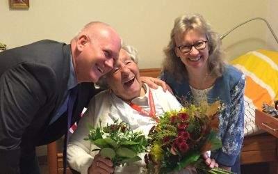 Bettina Messinger hat in Vertretung des Oberbürgermeisters Frau Paula Köppl zu ihrem 107. Geburtstag gratuliert