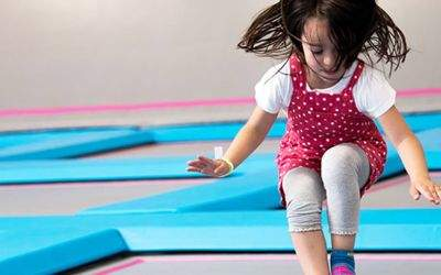 AirHop Trampolinpark: Hüpfendes Mädchen