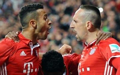 Thiago freut sich mit Torschütze Franck Ribéry über das 1:0.