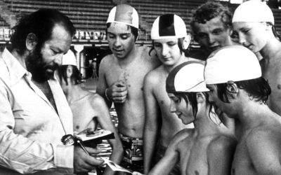 Bud Spencer schreibt 1975 Autogramme in der Olympia-Schwimmhalle