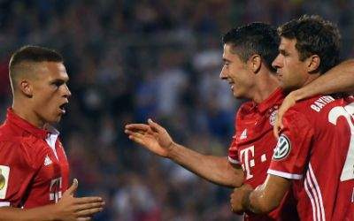 Bayerns Joshua Kimmich, Robert Lewandowski, Thomas Müller und Franck Ribéry (l-r) freuen sich über das 0:1