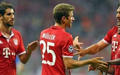 Bayerns Thomas Müller jubelt nach seinem Tor zum 2:0 mit Javi Martinez (l-r), Mats Hummels und David Alaba.