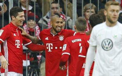 Torjubel bei den Bayern über das 2:0: Torschütze Robert Lewandowski, Arturo Vidal und Franck Ribery.