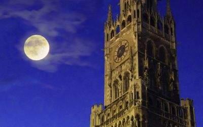 Mond über dem Marienplatz.