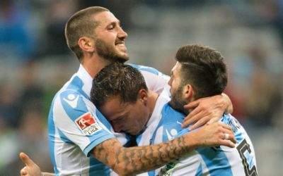 Sascha Mölders (l-r), Michael Liendl, und Fanol Perdedaj von 1860 München jubeln über Liendls Treffer zum 3:1.