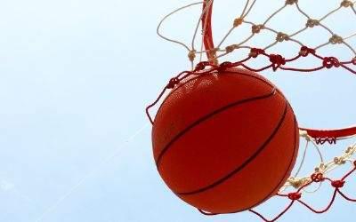 Basketball fliegt durch das Netz