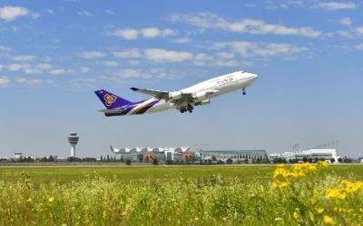 Ein Flugzeug fliegt vom Flughafen München weg