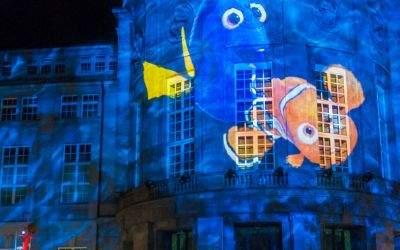 Lichtinstallation: Dorie und Nemo schwimmen vorbei