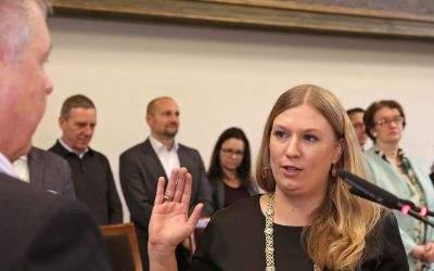 Der Münchner Oberbürgermeister Dieter Reiter vereidigt die Stadträtin Dorothea Wiepcke