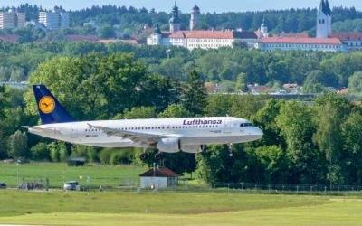 Lufthansa-Maschine im Landeanflug auf den Flughafen München - mit Freising im Hintergrund