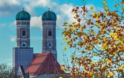 Frauenkirche mit Herbstblättern