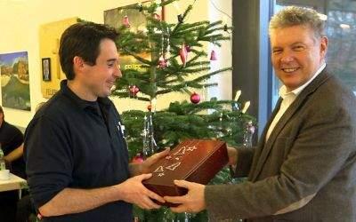 OB Dieter Reiter übergibt bei der Feuerwehr Geschenke.