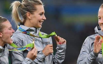 Die deutschen Fußballfrauen freuen sich über die Goldmedaille.