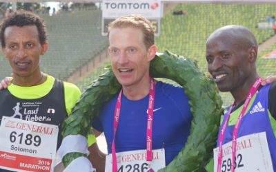 Die Marathon-Sieger: (v.l.n.r.) Solomon Merne (GER), Oliver Herrmann (GER), Charles Korir (KEN)