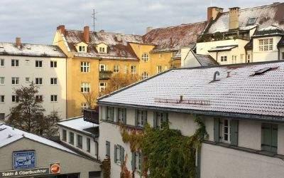 Schneebedeckte Dächer in Schwabing.
