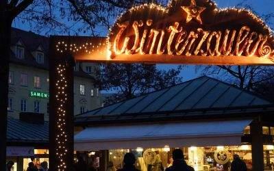 Winterzaubers auf dem Viktualienmarkt: leuchtender Eingang