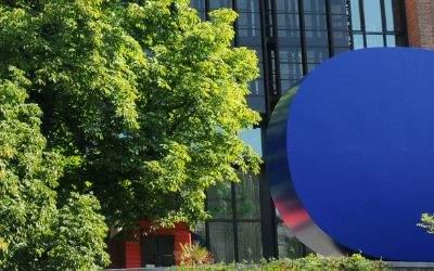 """""""Gerundetes Blau"""" vor dem Gasteig"""