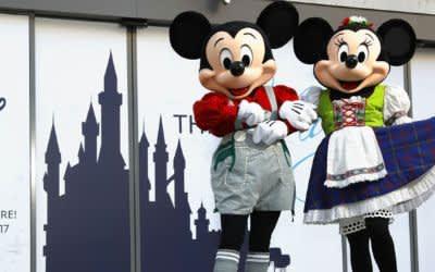Disney Store in München mit Micky- und Minnie-Darsteller