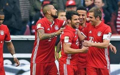 Die Bayern feiern das 0:2 von Juan Bernat (M).