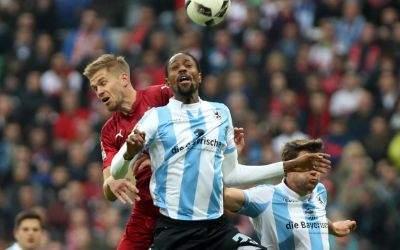 Simon Terodde (VfB Stuttgart) und Abdoulaye Ba im Kopfballduell.