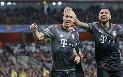 Vidal und Robben jubeln.