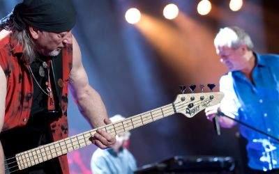 Bassist Roger Glover (l) und Sänger Ian Gillan von der britischen Band Deep Purple stehen am 19.05.2017 in der Olympiahalle in München auf der Bühne.