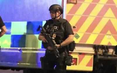 Polizisten sichern den Anschlagsort in Manchester