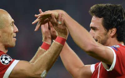 Arjen Robben (l) und Torschütze Mats Hummels von München jubeln über das 3:0.