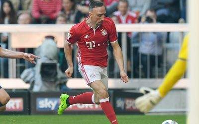 Franck Ribéry vor Darmstadts Torhüter Michael Esser.