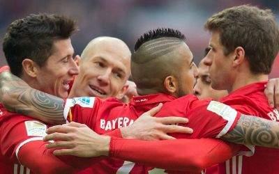 Jubel beim Torschützen Robert Lewandowski gemeinsam mit Arjen Robben, Arturo Vidal und Thomas Müller.