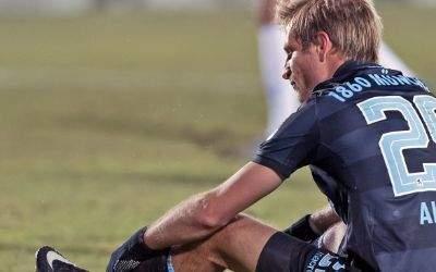 Aus für die Löwen im DFB-Pokal: Aigner sitzt enttäuscht am Boden.