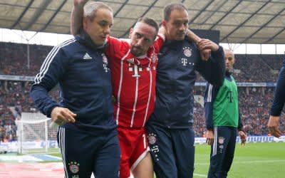Ribery wird vom Platz getragen.