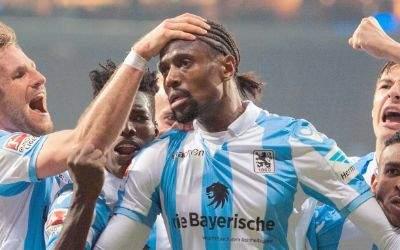 Torschütze Abdoulaye Ba (2.v.r) freut sich mit Stefan Aigner (l) und Florian Neuhaus (r) von München über das 1:0.