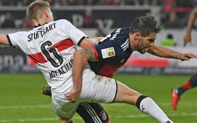 Santiago Ascacibar und Bayerns Javi Martinez im Zweikampf.