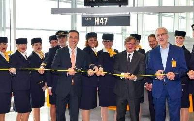 Flughafenchef Dr. Michael Kerkloh (Mitte) durchtrennte zusammen mit Steffen Harbarth (CCO Lufthansa Hub München, links) und Karl-Henner Wilhelm (Leiter des A350-Projektes, rechts) das symbolische Premierenband.