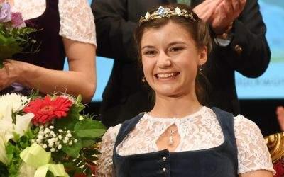 Die neu gewählte Bayerische Bierkönigin Lena Hochstraßer hält am 18.05.2017 in München einen Blumenstrauß in den Händen. Die 22-jährige Studentin aus dem oberbayerischen Höhenrain setzte sich aus sieben Finalistinnen bei der Bewerbung um den Bierthron durch
