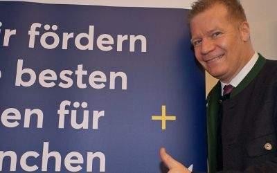 Paulaner-Chef Andreas Steinfatt vor dem Plakat für den Paulaner-Salvator-Preis