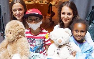 Kinder im Teddybärenkrankenhaus