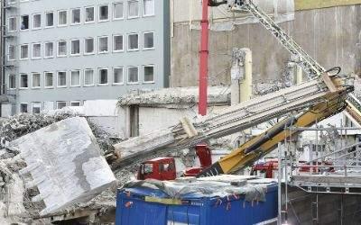 Umgestürzter Bagger auf der Sonnenstraße