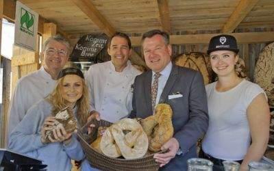 Heinz Hoffmann (l.), Heinrich Traublinger, Bürgermeister Josef Schmid mit den Bäckerinnen Darja und Christin