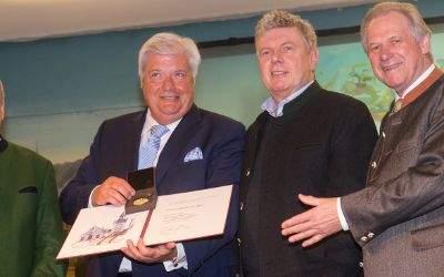 OB Reiter überreicht Edmund Radlinger die Ehrenmedaille