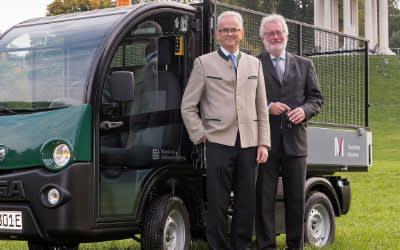 Rudolf Strehle, Leiter Regionalbüro Flughafen München (r.) und Bernd Schreiber, Präsident der Bayerischen Schlösserverwaltung bei der Übergabe des Elektrofahrzeugs für den Englischen Garten.