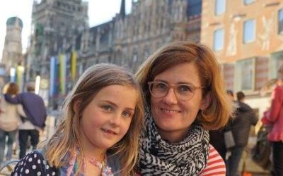 Umfrage zum Muttertag: Lektorin Imke mit Tochter Karlotta am Marienplatz